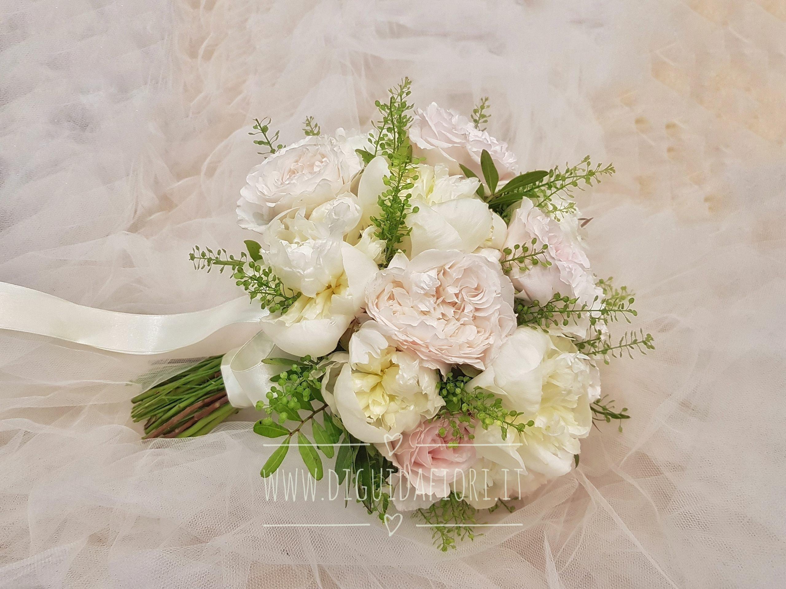 Bouquet da sposa con rose inglesi e peonie