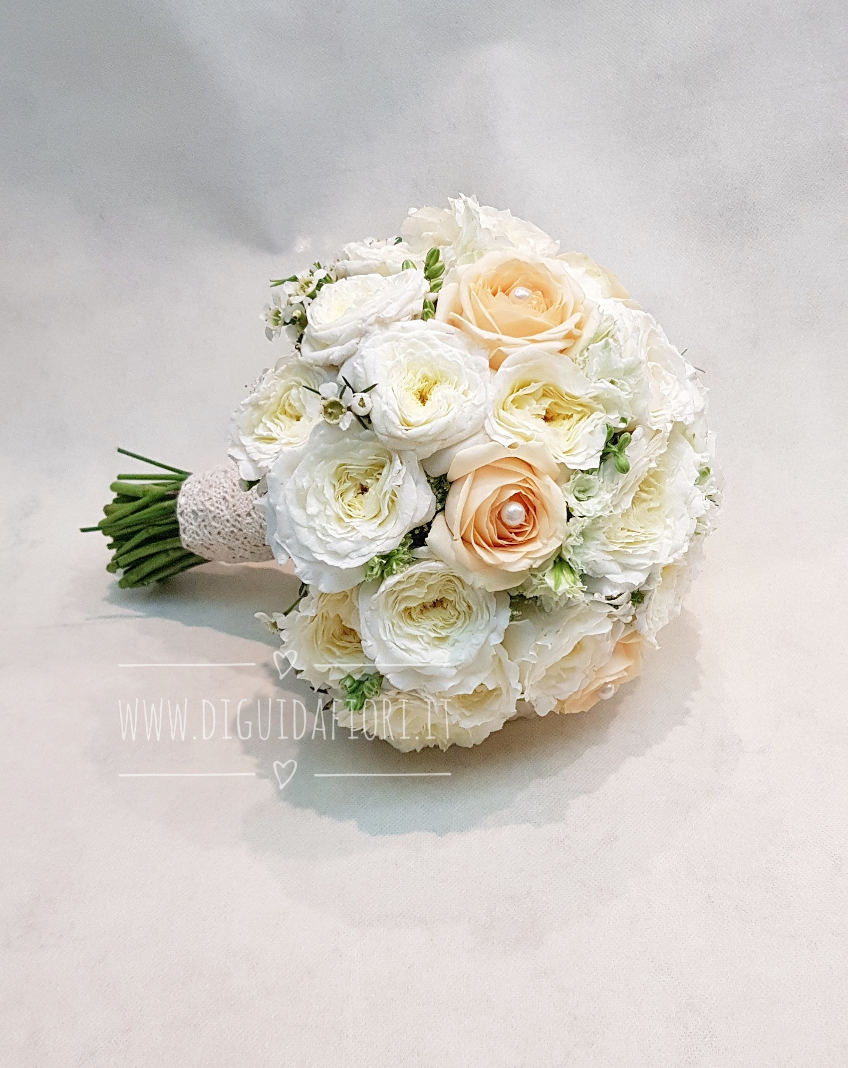 Bouquet da sposa bianco e pesca – Forma semisferica