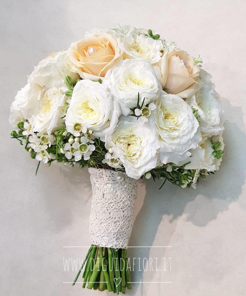 Bouquet Sposa Pesca.Bouquet Da Sposa Bianco E Pesca Forma Semisferica Fiorista