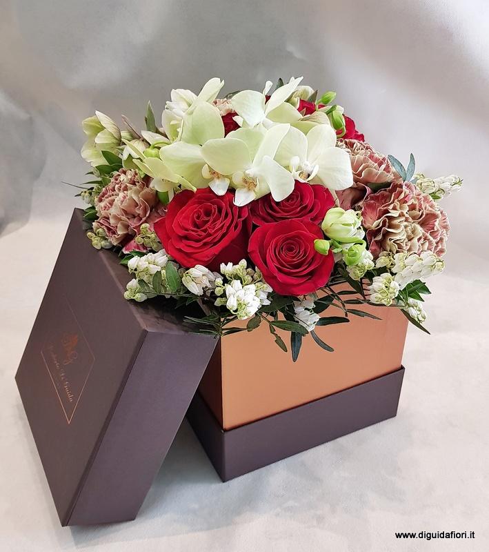 Mazzo Di Fiori Gigante.Rose Rosse Con Mix Di Fiori In Box Cioccolato Fiorista Roberto