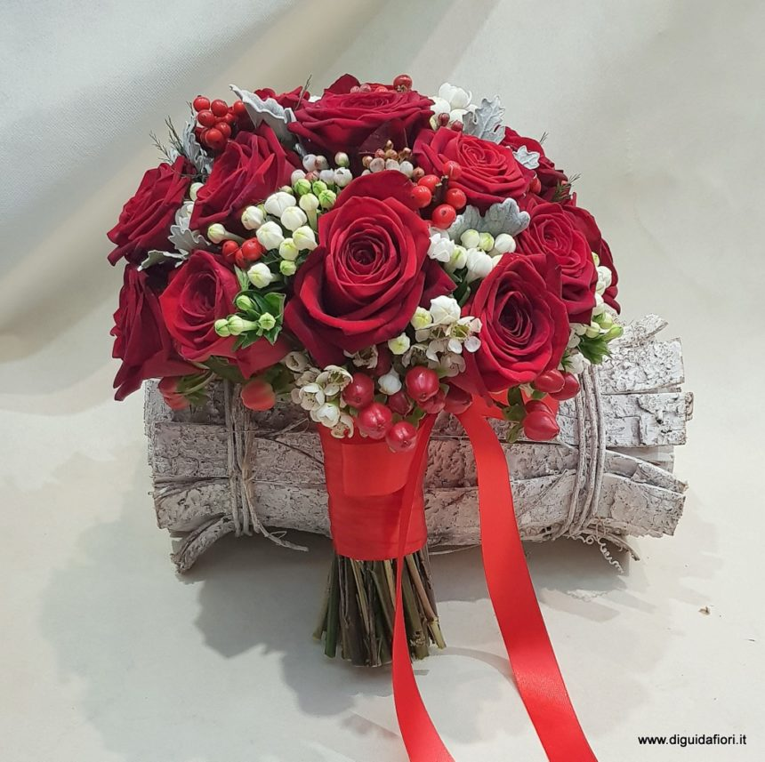 Bouquet da sposa con rose rosse