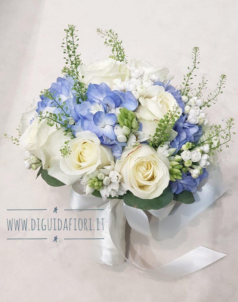Bouquet Sposa Azzurro.Bouquet Da Sposa Con Rose Bianche E Ortensia Azzurro Polvere