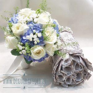 bouquet da sposa con rose bianche e ortensia azzurro polvere